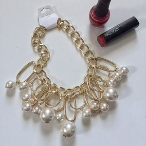 Jewelry - NWT CHUNKY FAUX PEARL & GOLD TONE NECKLACE